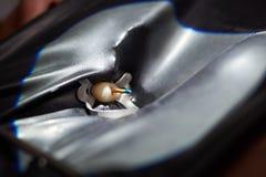 L'opération installent des dents d'implant dentaire de patient dans la clinique Plan rapproché Images libres de droits