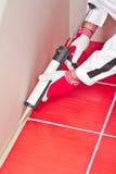 L'operaio applica il sigillante del silicone sull'angolo Fotografie Stock