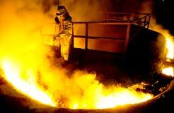 L'operaio elabora l'acciaio liquido Immagine Stock