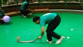 L'operatore del serpente con una cobra tossica mostra i suoi trucchi nell'azienda agricola del serpente di Maetaeng stock footage