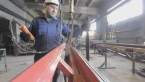 L'operatore dell'imbracatura lavora in una fabbrica stock footage
