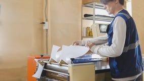 L'operatore della stamperia durante il lavoro Immagini Stock Libere da Diritti