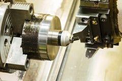 L'operatore ha installato zero dell'utensile per il taglio prima del tornio di CNC Fotografia Stock