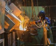 L'operatore riceve il metallo fuso Immagine Stock