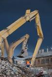 L'operatore sorveglia la demolizione Fotografia Stock