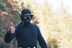 L'operatore subacqueo con i pollici aumenta il gesto Fotografie Stock Libere da Diritti