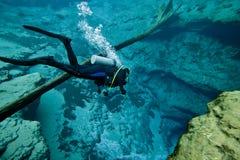 L'operatore subacqueo discende - la spelonca delle sorgenti di Morrison Fotografie Stock
