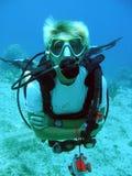 L'operatore subacqueo gode di un tuffo pieno di sole Fotografie Stock Libere da Diritti