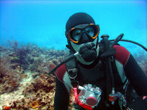 L'operatore subacqueo gode di un tuffo pieno di sole fotografia stock libera da diritti