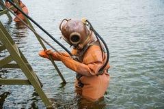 L'operatore subacqueo immerge in una muta subacquea d'annata del mare profondo immagini stock libere da diritti