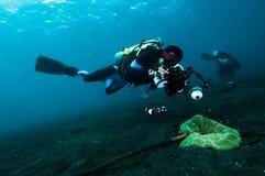L'operatore subacqueo prende un video della foto sopra immersione con bombole di corallo dell'Indonesia del lembeh fotografie stock