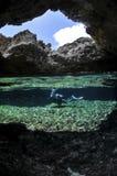 L'operatore subacqueo in Underwater frana Okinawa fotografia stock libera da diritti