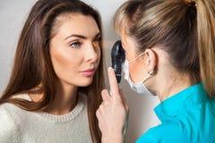 L'ophtalmologue vérifie les yeux patients avec un laser photo stock