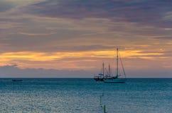 L'ora dorata con le barche a vela sul mare ancorato Fotografia Stock Libera da Diritti