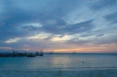 L'ora dorata con le barche a vela sul mare ancorato Fotografie Stock