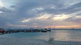 L'ora dorata con le barche a vela sul mare ancorato Immagine Stock