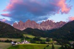 L'ora dorata del villaggio di Santa Magdalena con la valle alpina, V fotografie stock libere da diritti
