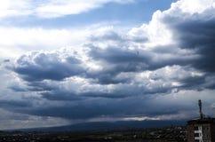L'orage opacifie avant la pluie au-dessus de la ville Photographie stock libre de droits