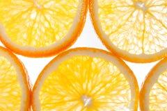 L'orange découpe le plan rapproché en tranches photos stock