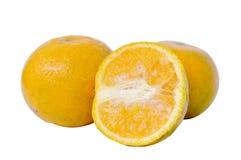 L'orange de mandarine avec la moitié de baisse de l'eau a coupé sur le fond blanc Image stock