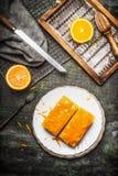 L'orange durcit avec l'écrimage orange sur la table rustique avec la peau d'orange fraîche Images stock