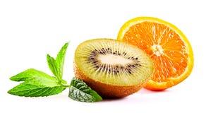 L'orange et le kiwi ont isolé Photos stock