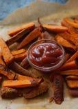 L'orange faite maison a fait des fritures cuire au four de patate douce avec le ketchup Mode de vie sain, aliment biologique, foy Photos stock