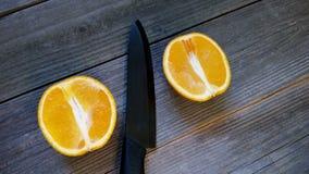 l'orange juteuse a découpé le ‹en tranches d'†de ‹d'†dans deux parts Photos stock