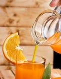 L'orangeade saine montre le fruit tropical et le régénère image libre de droits