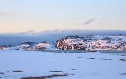 L'orario invernale, la riva della neve, Russia, paesaggio di bella natura selvaggia del Nord vede Bello ghiaccio di inverno della immagini stock libere da diritti