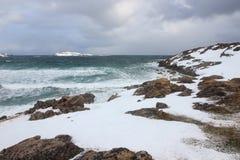 L'orario invernale, la riva della neve, Russia, paesaggio di bella natura selvaggia del Nord vede Bello ghiaccio di inverno della fotografie stock