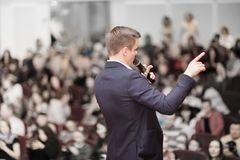 L'orateur conduit la conférence d'affaires pour des journalistes et des entrepreneurs aspirants images stock