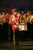 L'orchestre des enfants consolidés du palais de la créativité de la jeunesse et de l'exposition des batteurs dans l'uniforme mili Photographie stock