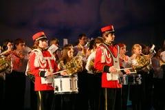 L'orchestre des enfants consolidés du palais de la créativité de la jeunesse et de l'exposition des batteurs dans l'uniforme mili Images libres de droits