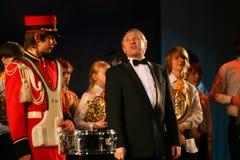 L'orchestre des enfants consolidés du palais de la créativité de la jeunesse et de l'exposition des batteurs dans l'uniforme mili Photographie stock libre de droits