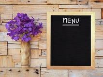 L'orchidée violette de Vanda dans le vase en bambou et le menu vide embarquent accrocher Images stock