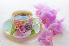 L'orchidea rosa, il fiore rosa, i fiori rosa, la prima colazione, la prima colazione, orchidea fiorisce, orchidee, la tazza di ca Fotografie Stock Libere da Diritti