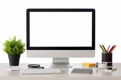 L'ordinateur avec l'écran d'isolement se tient sur la table Photographie stock libre de droits