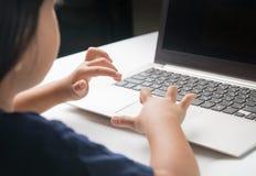 L'ordinateur d'utilisation de petite fille font le travail Photos stock