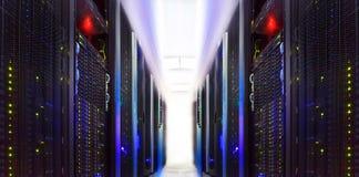 L'ordinateur géant groupe le centre de traitement des données de pièce de dans l'abstrait Photos libres de droits