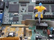 L'ordinateur partie l'ouvrier 1 de réparation Images libres de droits