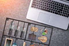 L'ordinateur portable avec l'icône de papier de forme d'affaires a coupé sur le backgr en cuir gris Photographie stock libre de droits