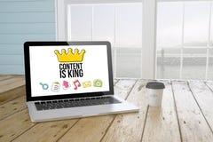 l'ordinateur portable avec le contenu est roi sur l'écran avec le fond de port et le c Photographie stock libre de droits