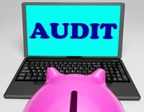 L'ordinateur portable d'audit signifie le commissaire aux comptes Scrutiny And Analysis Image libre de droits