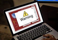 L'ordinateur portable d'ordinateur avec l'avertissement d'entaille sautent  photo libre de droits