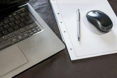 l'ordinateur portable, la souris, et le bloc-notes photo stock