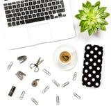 L'ordinateur portable plat d'espace de travail de bureau de siège social de configuration fournit le succu de café Photo stock
