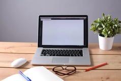 L'ordinateur portable se tient sur une table en bois dans le bureau Image libre de droits