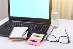L'ordinateur portable sur le bureau de travail, au clavier sont les autocollants collés avec des flèches Image libre de droits