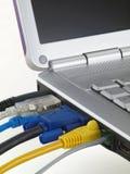 L'ordinateur portatif avec l'écran et branché met en communication Image stock